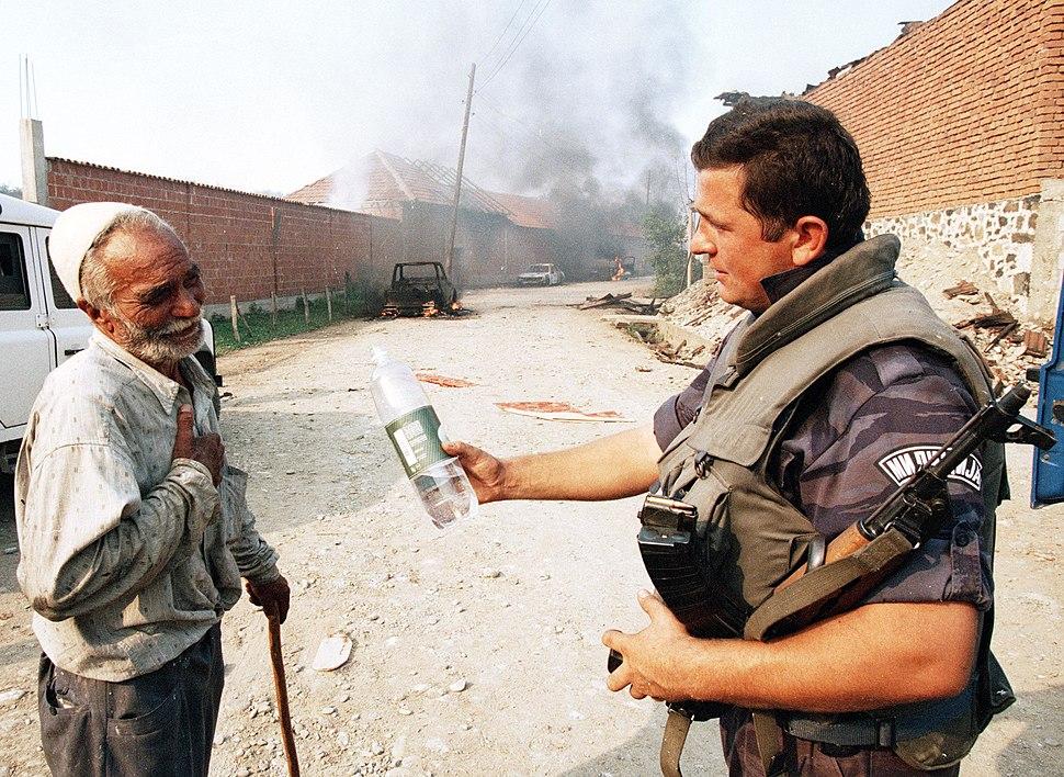 Policajac nudi starijem Albancu vode nakon zauzimanja Glođana