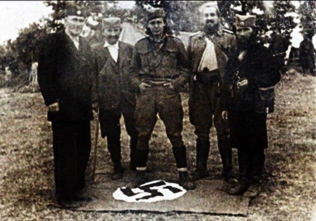 Četnici stoje na zastavi nacističke Nemačke.jpeg