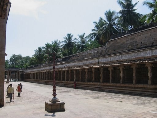 படிமம்:Thiruvanaikaval temple inner outer wall gap .jpg