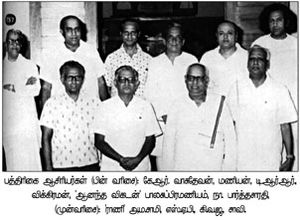 Na parthasarathy with journalists.jpg