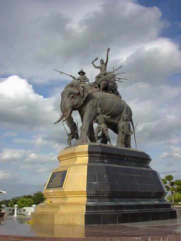Suriyothai-memorial2.jpg