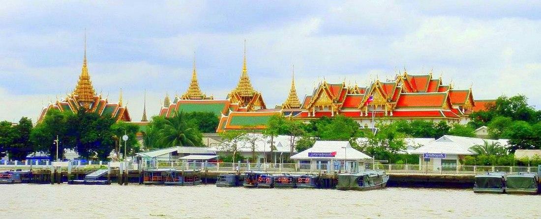 ภาพพาโนรามาพระบรมมหาราชวังมองจากหอประชุมกองทัพเรือและแม่น้ำเจ้าพระยาที่กรุงเทพมหานครในประเทศไทย