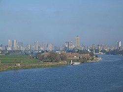 แม่น้ำไนล์ และ กรุงไคโรด้านหลัง