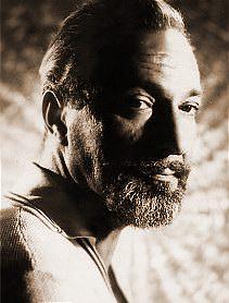 Tiyatro sanatçısı, şair ve çevirmen Suat Taşer