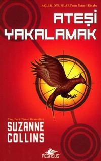 Kırmızı renkteki arka planın üzerine alaycı bir kuş iğnesi, sağ üstte kitabın adı ve sol altta yazarın adı.