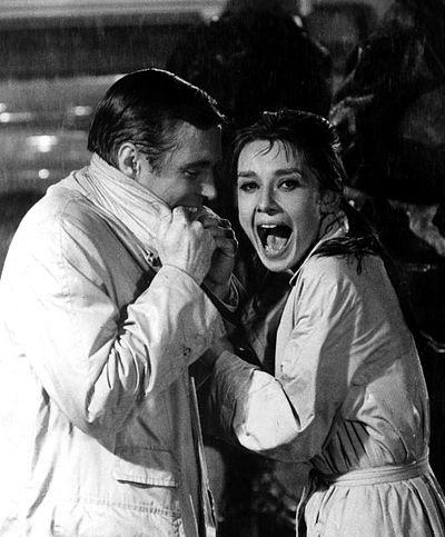 d1238dba0e6 Audrey Hepburn ve George Peppard filmin final sahnesinde.