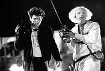 Marty McFly rolünde Michael J. Fox (üstte) ve Eric Stoltz (altta). Aynı sahnenin farklı oyuncularla çekilmiş hali.
