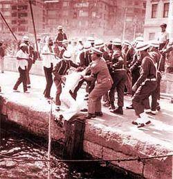 6. Filo eyleminden sonra denizden çıkarılan Amerikan askerleri.