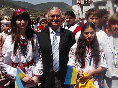 Şükrü Halûk Akalın(Yer:Kızılcahamam, 5. Uluslararası Türkçe Olimpiyatları'na katılan öğrencilerle birlikte, Tarih:25.05.2007)