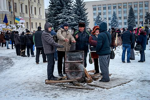 Чоловіки біля бочки на майдані Незалежності 08db2fffc099d