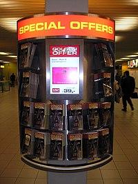 Digital signage разом з традиційними промо-матеріалами в аеропорті «Скіпхол» (Амстердам)