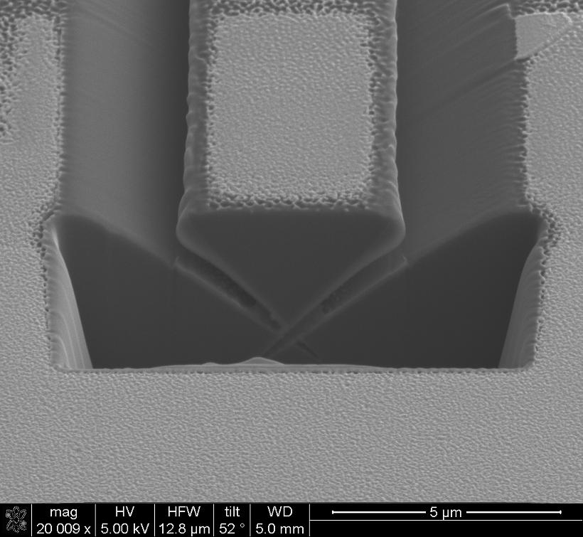 Ảnh chụp SEM lớp cắt màng mỏng để tạo mẫu mỏng cho TEM từ FIB (chụp trên thiết bị FEI Nova NanoLab 2000 tại Glasgow).