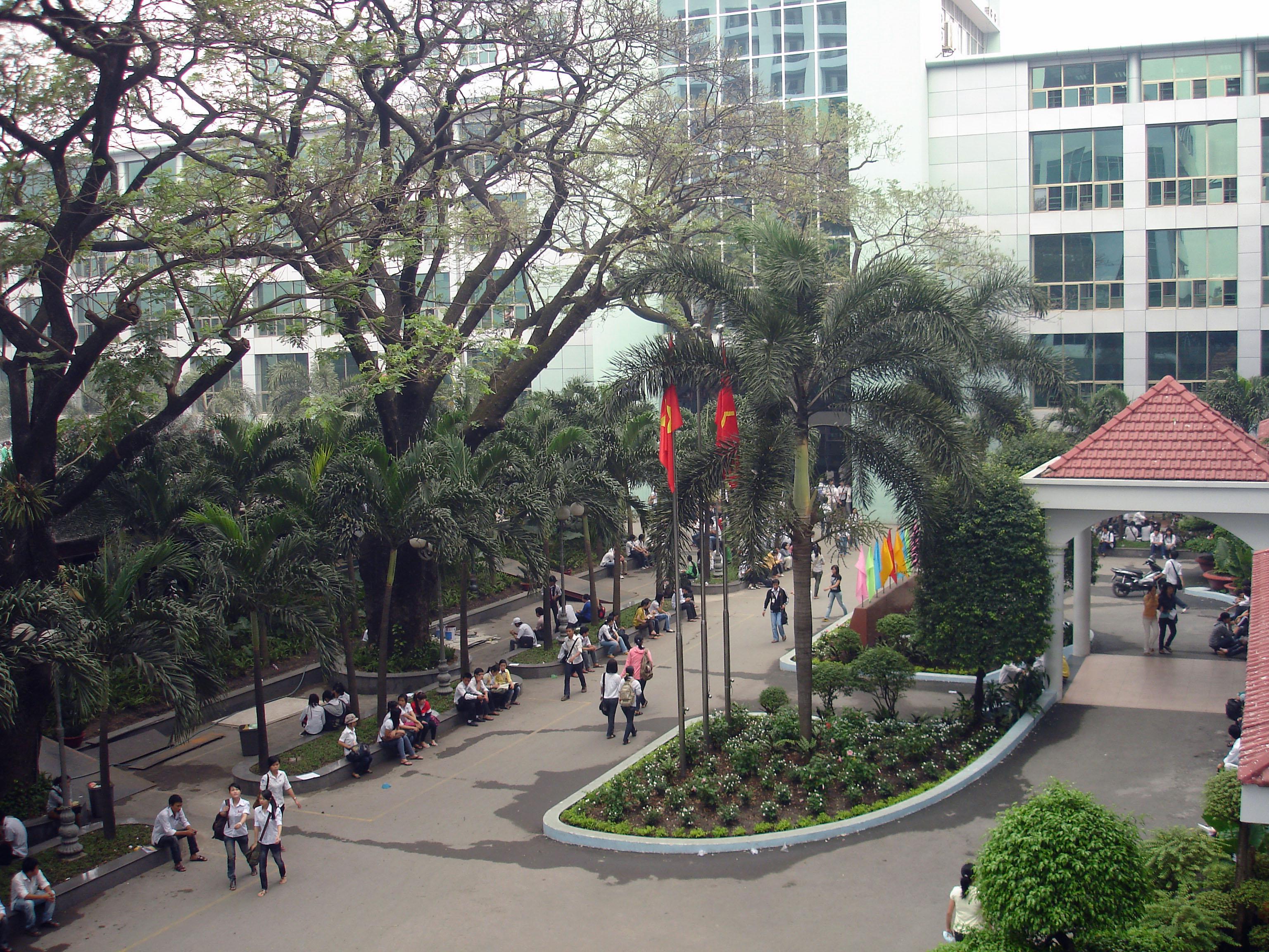 Tập Tin:Sân Trường Đại Học Công Nghiệp Tp. Hồ Chí Minh.Jpg