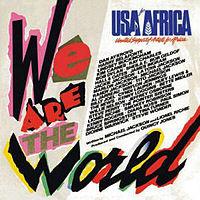 """Bìa album với dòng chữ """"We Are the World"""" chạy dọc bên trái và dưới theo phong cách giấy bồi. Phía trên bên phải bìa đĩa là dòng chữ """"USA for Africa"""" màu xanh, dưới đó là tên các nghệ sĩ được liệt kê trên nền trắng."""