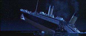 Tàu Titanic chuẩn bị chìm xuống đại dương, thân tàu bị gãy làm đôi và một số ống khói vẫn còn toả khói.