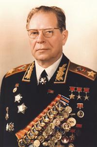 全身佩戴勋章的苏联元帅德米特里·费奥多罗维奇·乌斯季诺夫