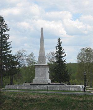 Эконом памятник с резным крестиком в углу Тобольск надгробие ярослава мудрого фото